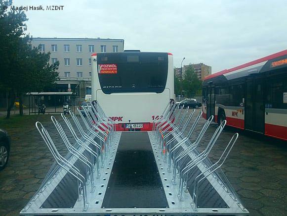 Autobus miejski i przyczepa rowerowa