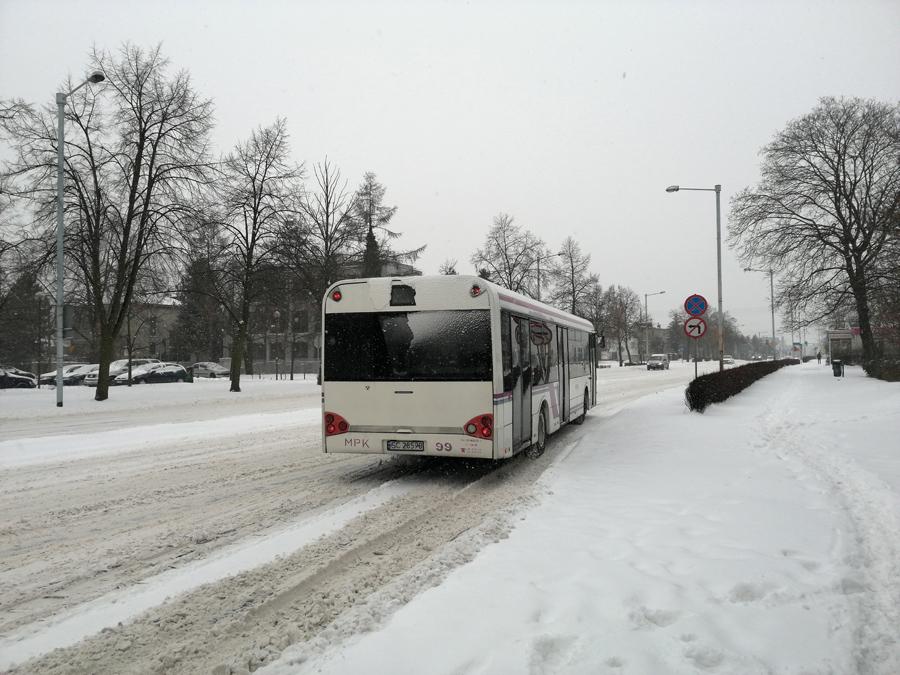Autobus na zaśnieżonej ulicy